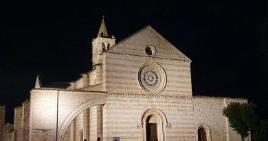 """Assisi, """"Festa del voto"""": illuminazione artistica per la piazza e la basilica di Santa Chiara"""